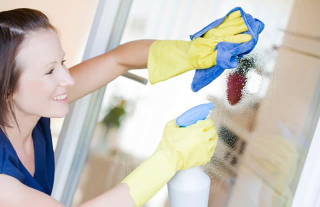 cách làm sạch phòng tắm kính