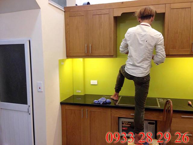 Ảnh thi công kính ốp bếp màu vàng chanh nhà A Minh, Hai Bà Trưng