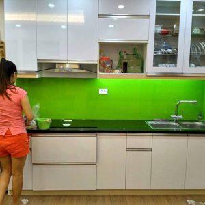 Chọn kính màu ốp bếp hợp phong thủy rước tài lộc vào nhà
