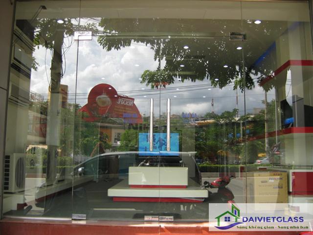 xây nhà bằng kính cường lực - cửa kính