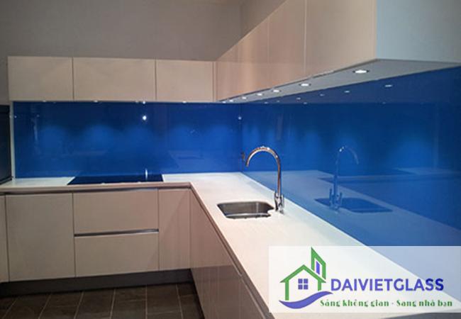 Kính sơn màu ốp bếp màu xanh dương