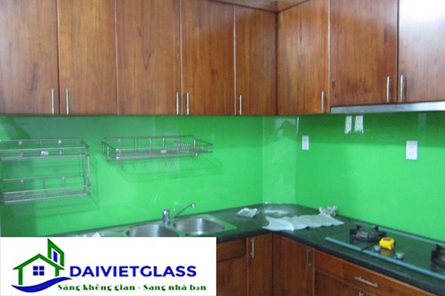 Kính sơn màu ốp bếp màu xanh cốm